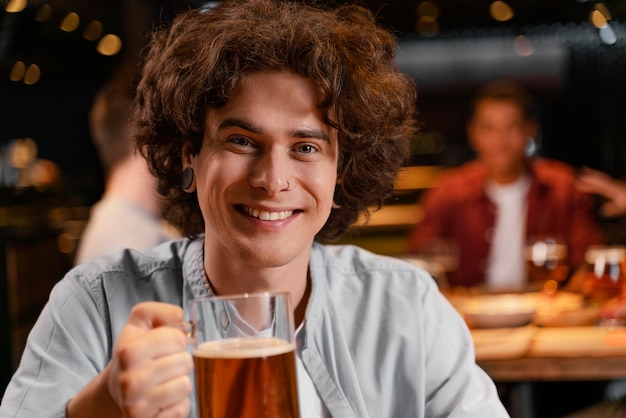 Close-up smiley man met bierpul in pub