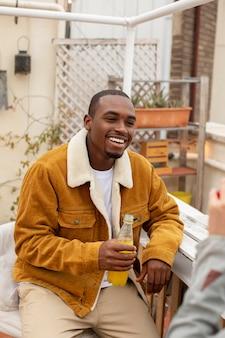 Close-up smiley man met drankje