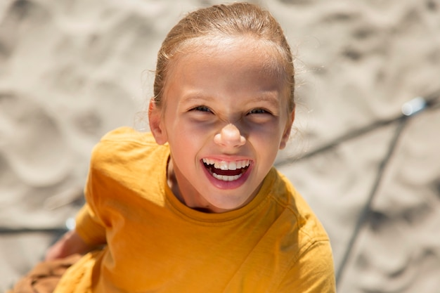 Close-up smiley meisje buitenshuis