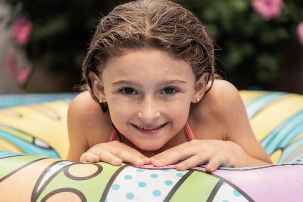 Close-up smiley meisje met levenslijn