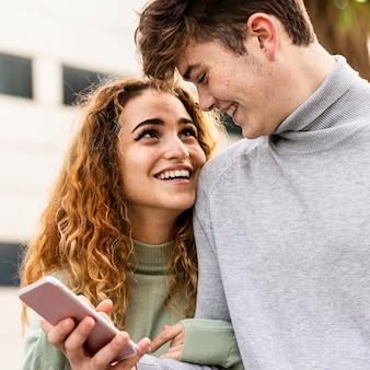 Close-up smiley paar met smartphone
