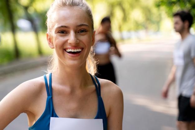 Close-up smiley vrouw buiten