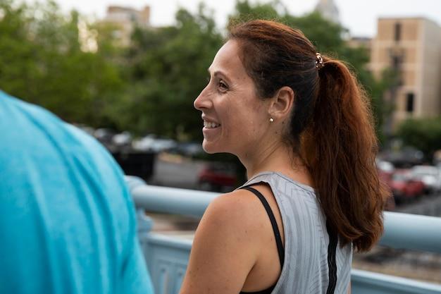Close-up smiley vrouw buitenshuis