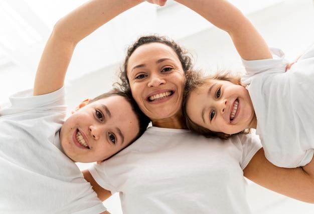 Close-up smiley vrouw en kinderen