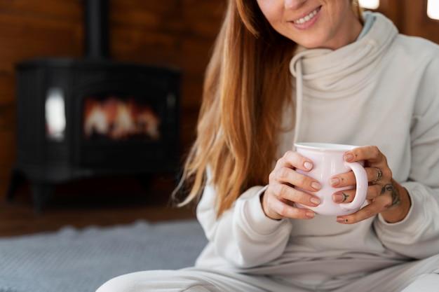 Close-up smiley vrouw met cup