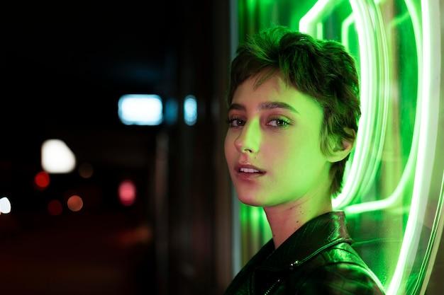 Close-up smiley vrouw met neonlicht