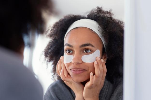 Close-up smiley vrouw met ooglapjes