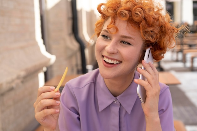 Close-up smiley vrouw praten over de telefoon