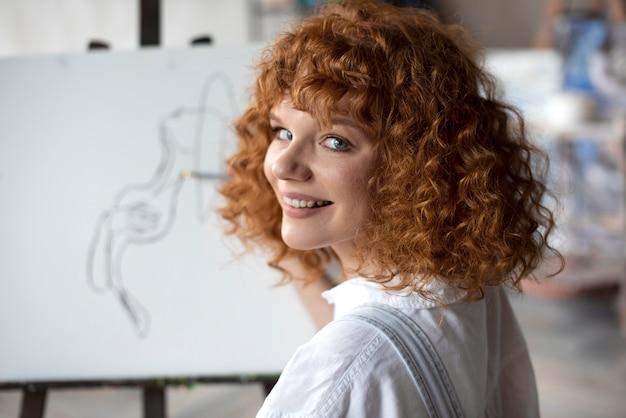 Close-up smiley vrouw schilderij