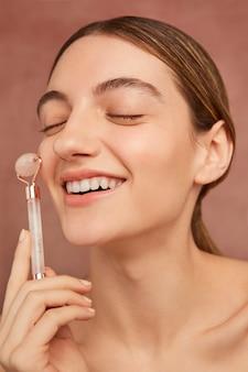 Close-up smileymodel met gezichtshulpmiddel