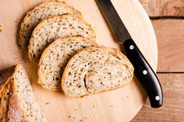 Close-up sneetjes brood en een mes