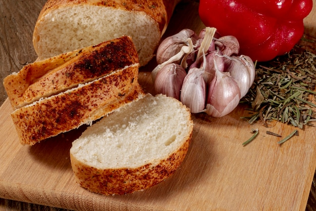 Close-up sneetjes brood en knoflook