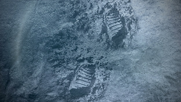 Close-up sneeuw en voetafdrukken van de verloren persoon op winter filmische achtergrond