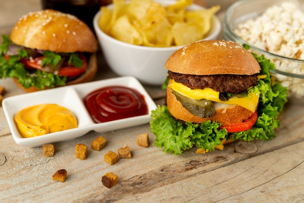 Close-up snel voedsel op houten achtergrond