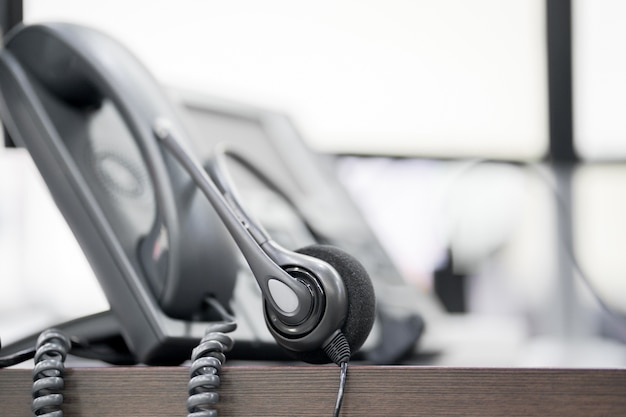 Close-up soft focus op headset met telefoon apparaten op kantoor