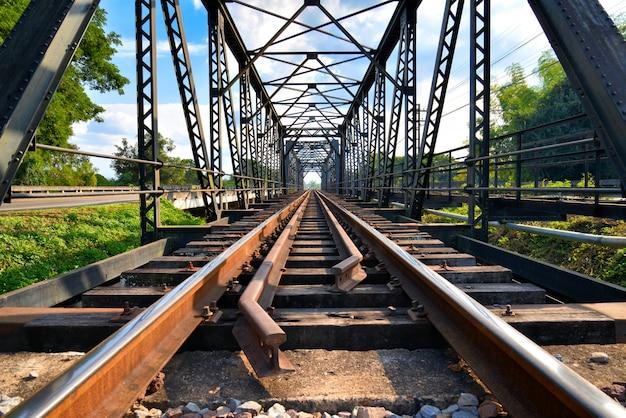 Close-up spoorlijn samenvoegen oude brug