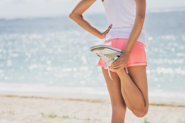 Close-up sportieve vrouw doet benen die zich uitstrekt voordat joggen