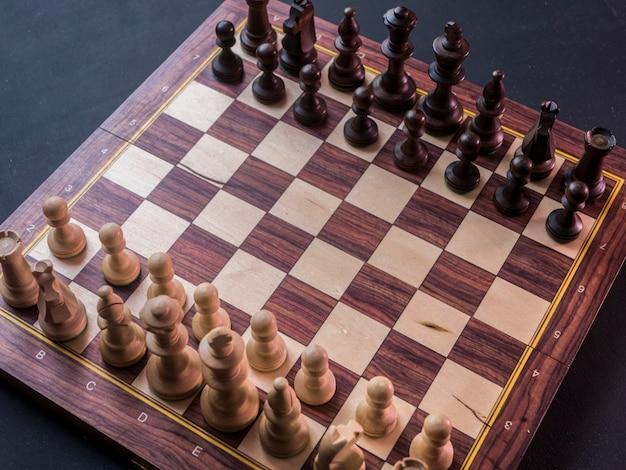 Close-up standaard schaakbordspel op zwarte tafel