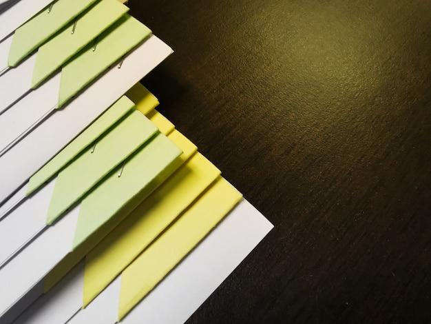 Close-up stapel van handelspapieren met document-bestand op een houten bureau