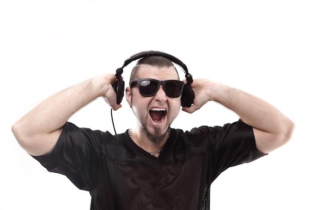 Close-up stijlvolle rapper toont koptelefoon geïsoleerd op wit