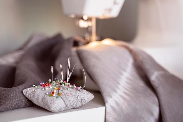 Close-up stof en naaiproces