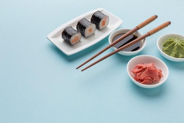 Close-up sushi rolt met sojasaus en wasabi