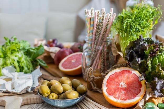 Close-up tafel serveren vegetarisch eten en drinken voorbereiden op verjaardagsfeestje of vakantie vieren