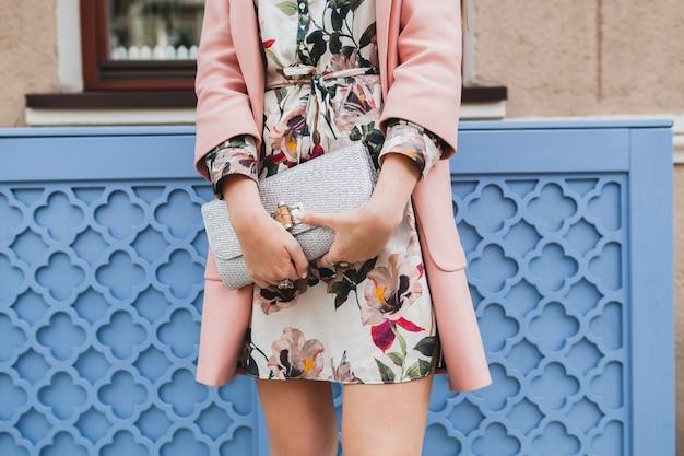 Close-up tas van aantrekkelijke stijlvolle vrouw stad straat lopen in roze jas