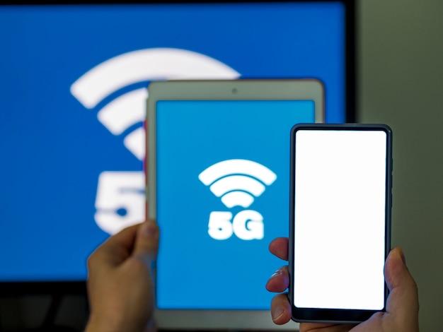 Close-up telefoon en tablet met 5 g