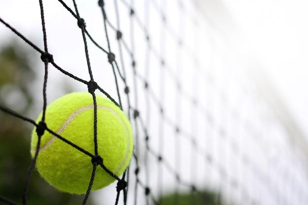 Close-up tennisbal raken om te net