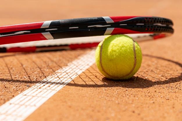 Close-up tennisracket over bal