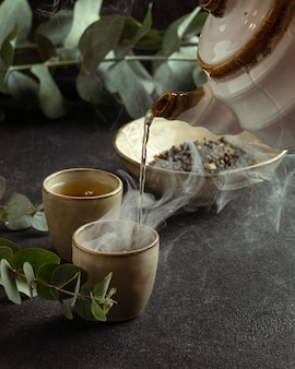 Close-up theekopje gieten thee