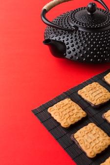 Close-up theepot met verse koekjes op tafel