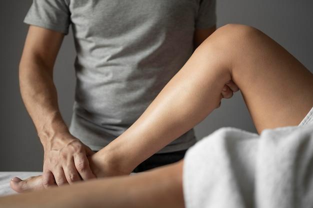 Close-up therapeut die patiënt helpt