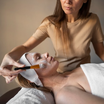 Close-up therapeut gezichtsmasker zetten