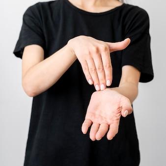 Close-up tolk die door gebarentaal communiceert