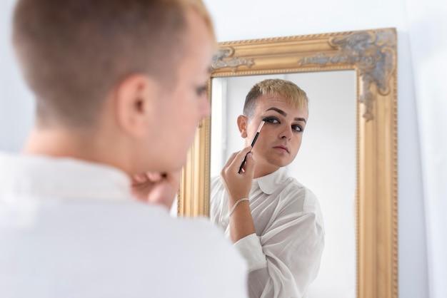 Close-up transgender die make-up aanbrengt