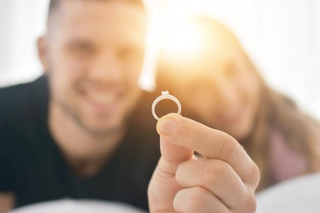 Close-up trouwring paar wonen in slaapkamer geluk in liefde valentijnsdag concept en paren stellen voor trouwen met ringen
