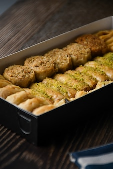 Close up turkse baklava zoet gebak met honing in vak food background
