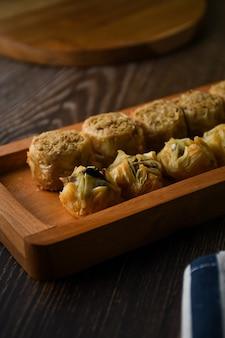 Close up turkse baklava zoet gebak op houten dienblad traditionele desserts uit turkije