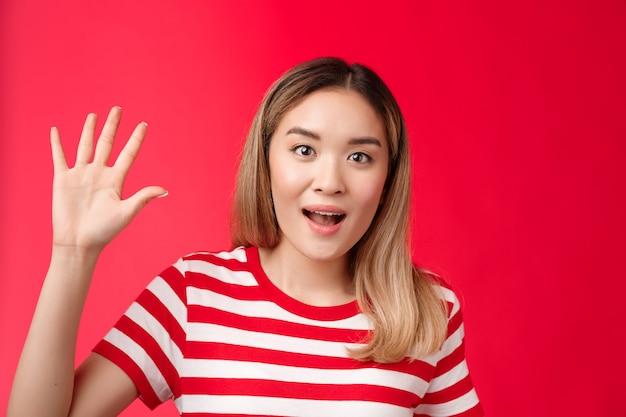 Close-up uitgaande knappe aziatische stedelijke vrouwelijke blonde kapsel show palm high five vijfde nummer smi...