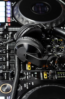 Close-up uitzicht op dj clubapparatuur