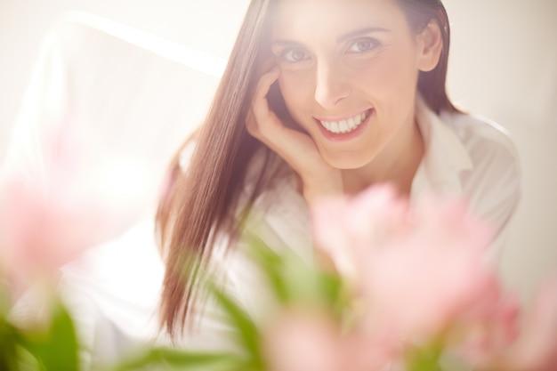 Close-up vaag bloemen met gelukkige vrouw achtergrond