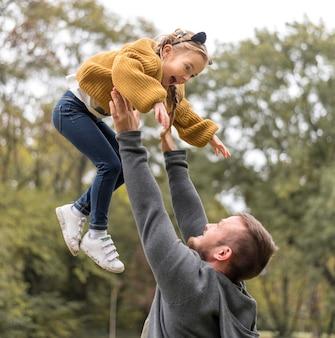 Close-up vader die dochter tegenhoudt