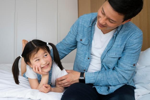 Close-up vader en smiley meisje