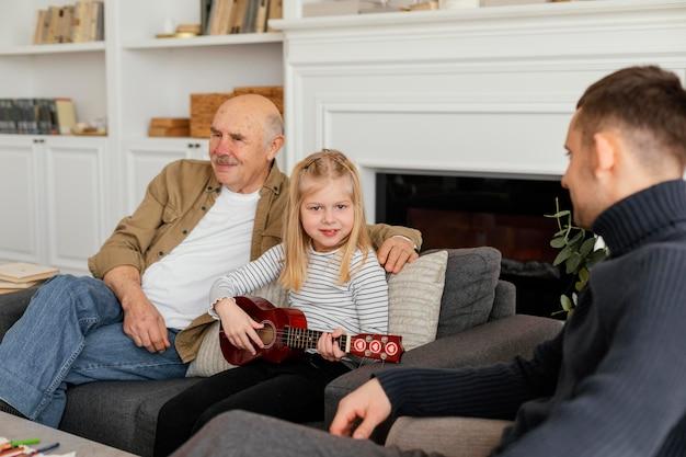 Close-up vader, grootvader en meisje