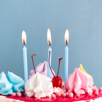 Close-up van aangestoken kaarsen op cake