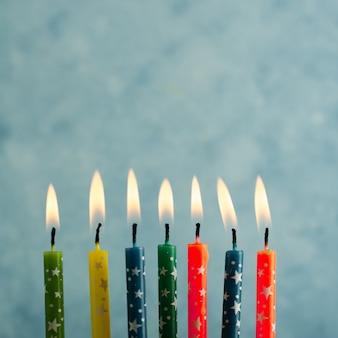 Close-up van aangestoken veelkleurige verjaardagskaarsen