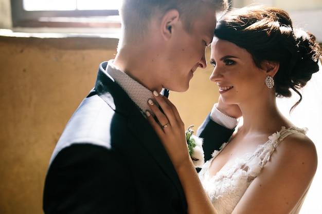 Close-up van aanhankelijk jonggehuwden