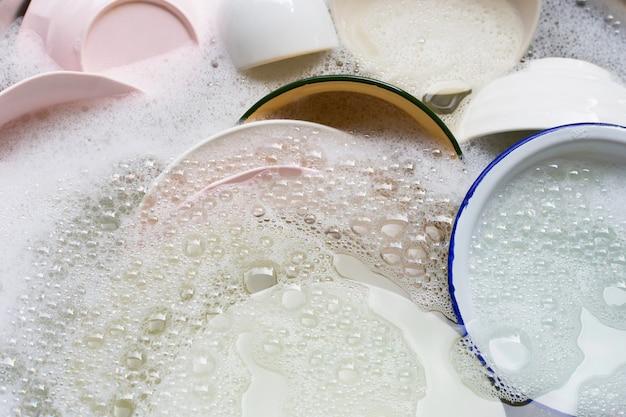 Close-up van aanrecht tijdens het afwassen